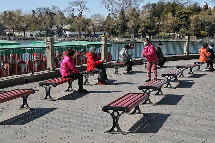 """北海公园提倡扫码购票 游客""""远距离聊天""""安全游园图片"""