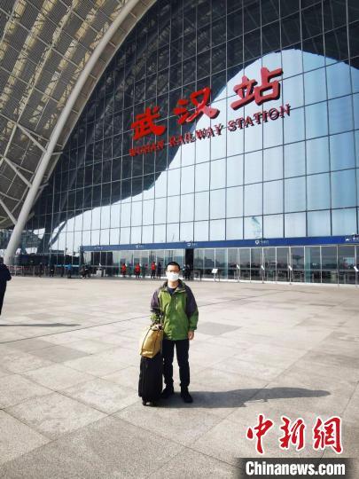图为王东升从武汉出发,他与李明将在广州机场会合,于14日晚飞赴伊朗。黄歆 摄