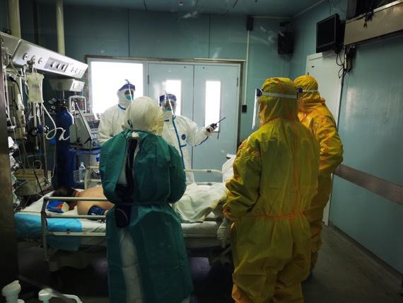 """金银潭医院ICU医疗组长房明浩:重症救治就像""""走钢丝图片"""