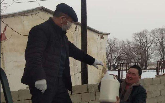 新疆福海县奶农为减少损失自制奶疙瘩图片
