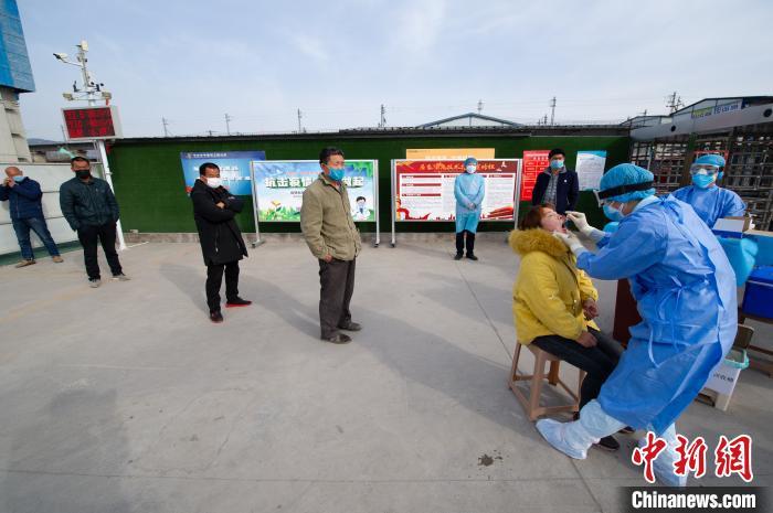 坝陵桥社区卫生服务中心的医疗人员走进企业,为返岗复工人员进行采样。 韦亮 摄