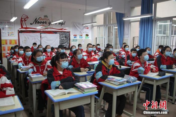 3月16日,贵州省贵阳市第十中学初三学生正在上课。 中新社记者 瞿宏伦 摄