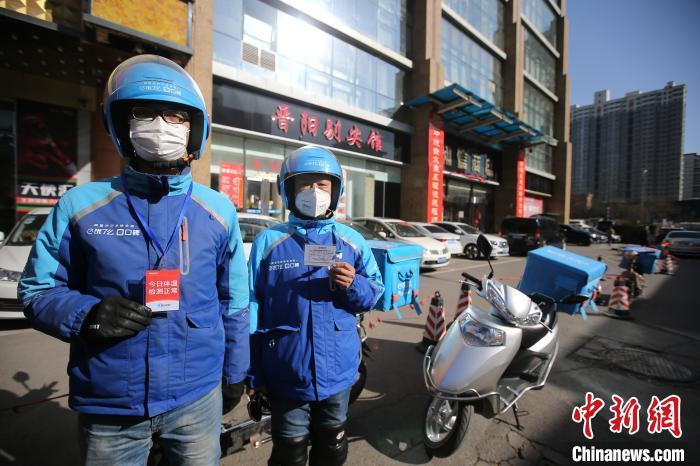疫情期间,外卖员佩戴口罩,每天会进行体温检测,配送箱会进行全面消毒。 张云 摄