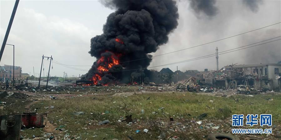 3月15日,在尼日利亚拉各斯,浓烟从爆炸地点升起。 新华社发 (埃马纽埃尔 摄)