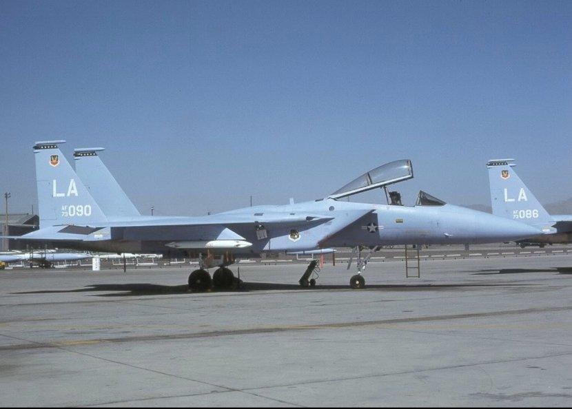 最早服役的F-15使用了扎眼的空中优势蓝涂装