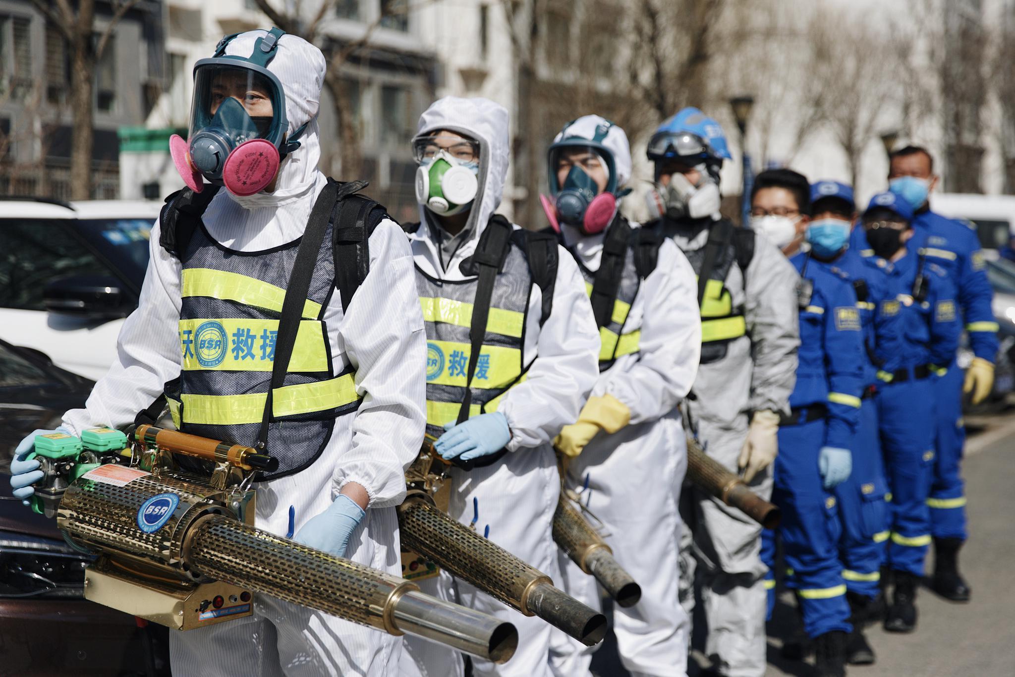 帮助社区消杀的蓝天救援队:公共区域的消杀总要有人做图片