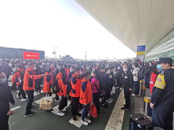 回家!东航6架飞机赴武汉,681名抗疫医护人员返程图片