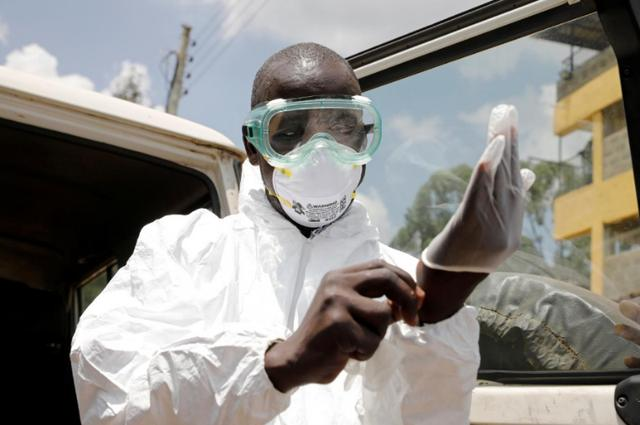 一位肯尼亚医护人员在穿戴防护装备。