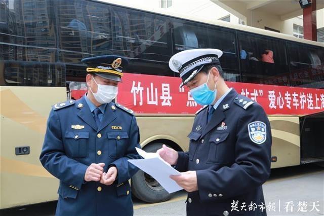 """竹山县启动""""点对点""""专车输送返岗行动,民警全程跟车保驾护航"""