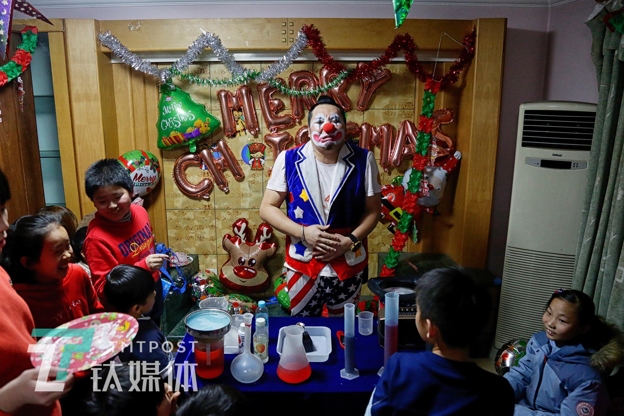 小丑表演者阿绎:9岁辍学14岁北漂,他想让每个孩子快乐无忧 | 钛媒体影像《在线》