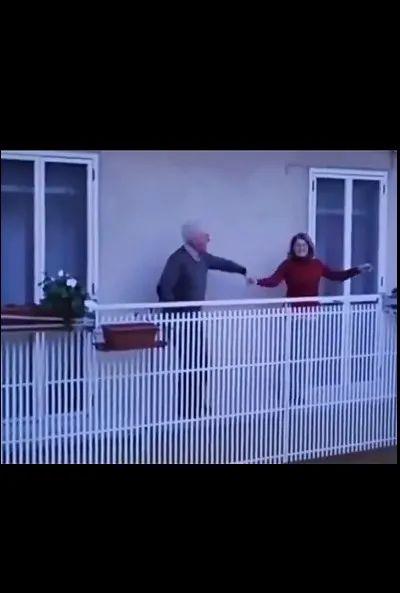 意呆梨人往阳台上一站,我就觉得春天和着音乐一起来了
