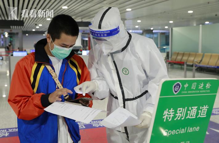陕西:机场实行最严防疫措施 特警登机筛查图片