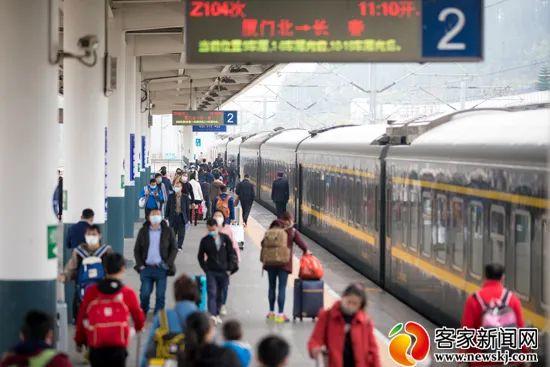 图为赣州火车站月台上的乘客。(资料图)