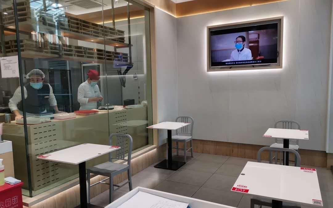 北京荟聚中心,部分餐厅一张餐桌只配一把椅子,且朝同一个偏向。 受访者供图