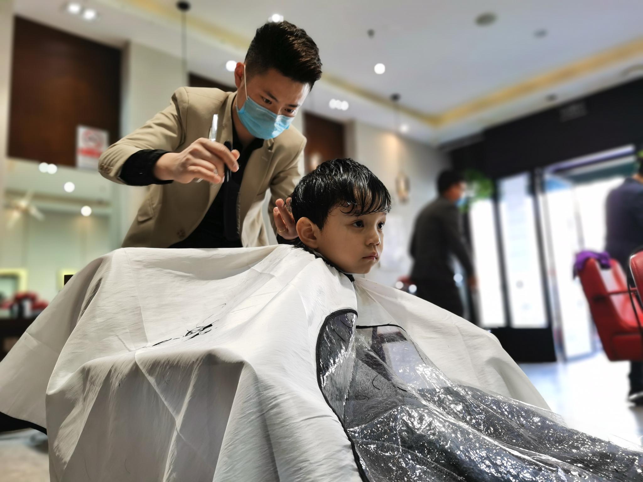 台灣已有351家剃頭店停業,今朝不供給燙染辦事圖片