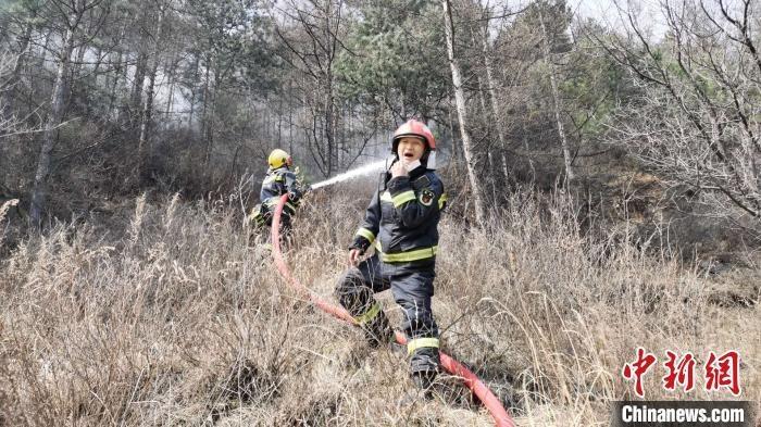 太原市消防救援支队指战员冲上坡度超过70度的山坡迎击明火。 李庭耀 摄