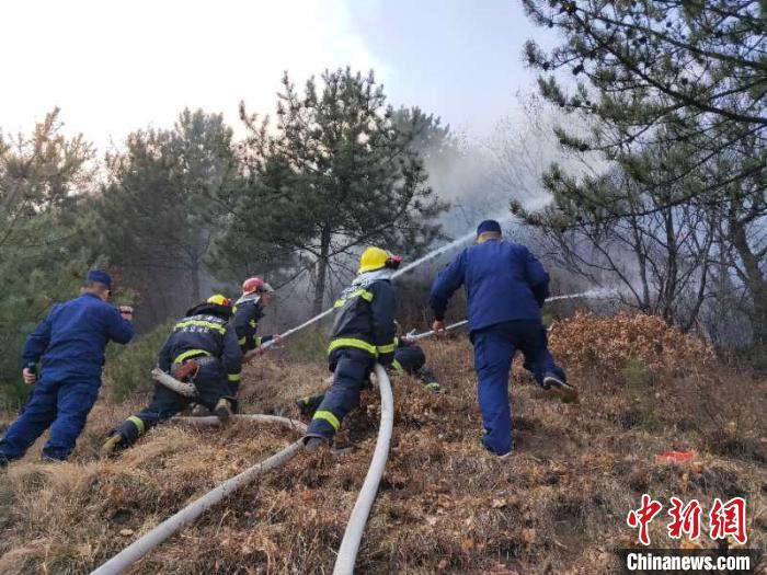 白云寺北侧山坡坡度超过70度,扑救工作极其艰难。 李庭耀 摄