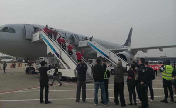 160人上海支援湖北医疗队抵沪:请求隔离结束后再上一线图片