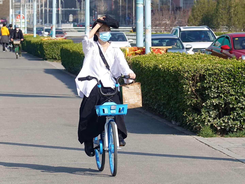 三月北京春暖花开 市民骑车踏青赏春色图片