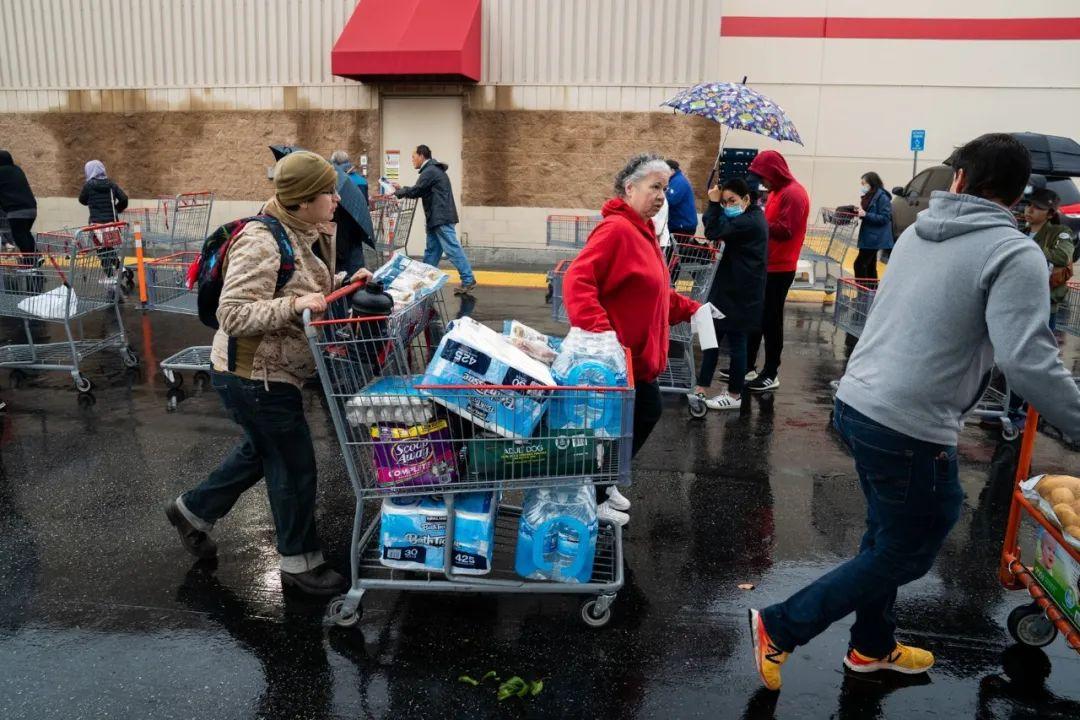 ▲3月14日,在美國洛杉磯一個超市外,民衆運送採購的物品。新華社發