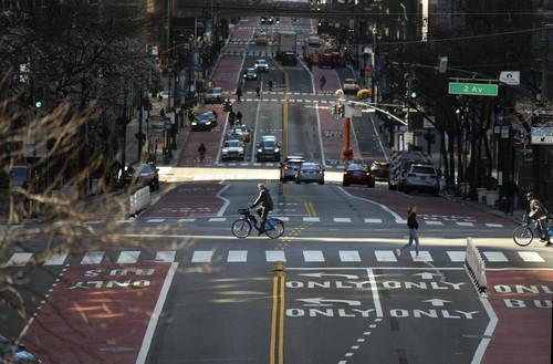 3月21日,在美国纽约,以往繁忙的街道上车辆寥寥。新华社