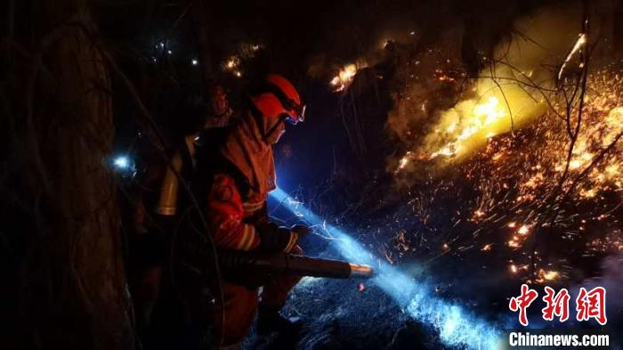 森林消防指战员正在扑救山火。内蒙古森林消防总队供图