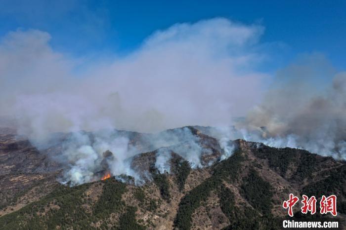 图为航拍山西榆社山火火场。 武俊杰 摄