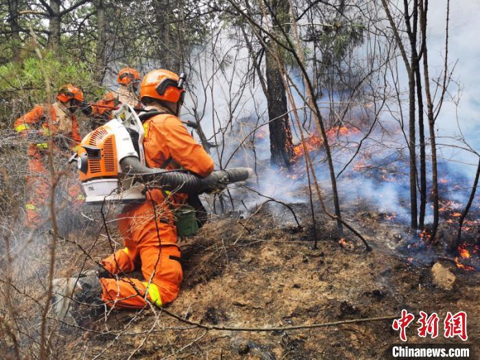 图为森林消防指战员正在扑救山火。 吉林省森林消防总队供图