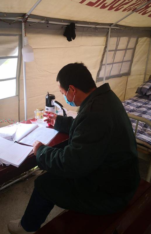 【一线党旗飘】滞留湖北的广州城管,加入当地党员先锋岗为居民送菜扛煤气保健康