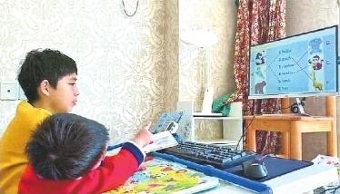 """9岁男孩宅家当""""启蒙老师"""" 带着2岁弟弟学英语单词"""