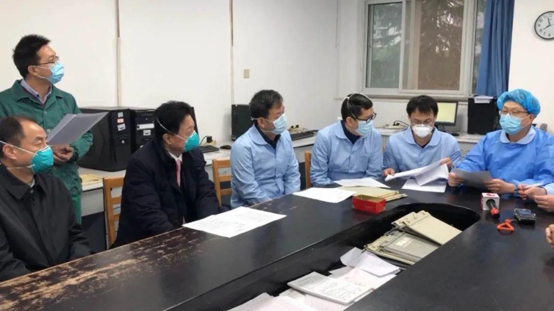 接手病区第二天,上海医疗队进行早***,左一为周新,右一为吴志雄。受访者供图