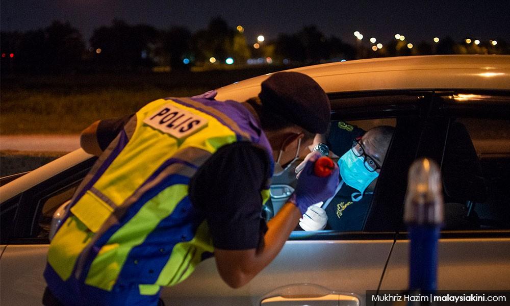 警察在路上呼吁人民呆在家里