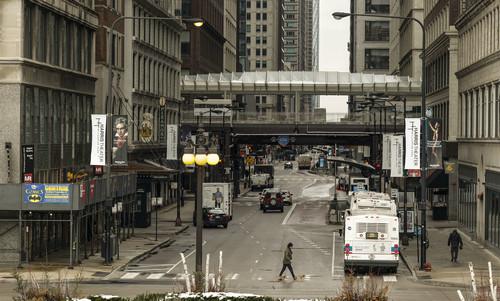 这是3月23日在美国伊利诺伊州拍摄的芝加哥大街上人流稀少。新华社发