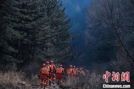 """经过连续奋战,截至24日7时,榆社""""3.17""""森林火灾火场明火全部扑灭,已进入清理和看守火场阶段。 武俊杰 摄"""