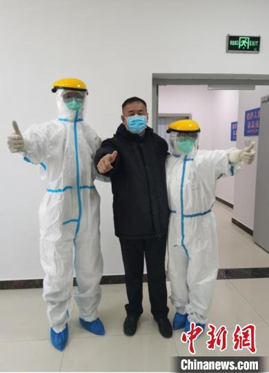 侯锐钢要求队员们严格训练防护服的穿脱。受访者供图
