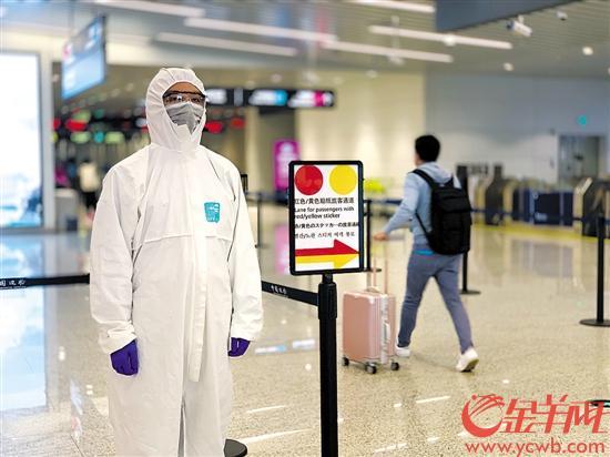 """白云机场简化入境旅客分类标识,目前实行""""红黄""""二色分流 羊城晚报全媒体记者 唐珩 摄"""