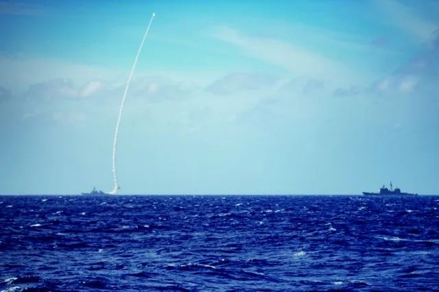 美国第七舰队在南海试射导弹?图片