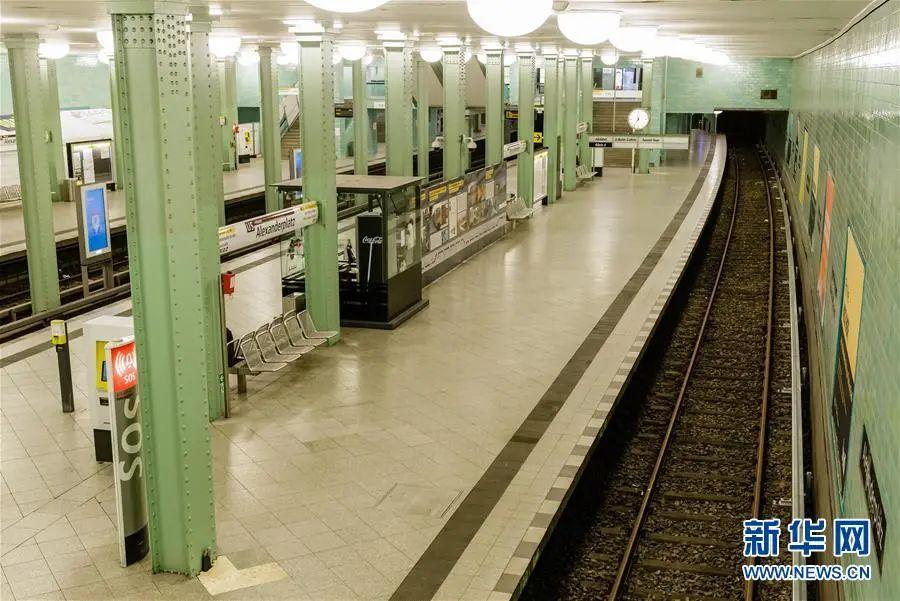 ▲这是3月22日在德国都城柏林拍摄的空旷的亚历山大广园地铁站。新华社(张平 摄)