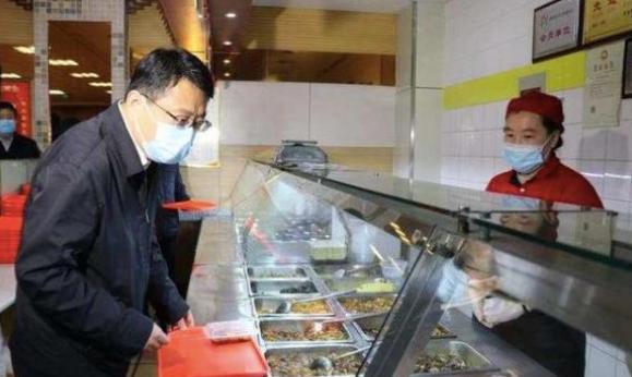 图为:山东省商河县委书记翟军在点餐