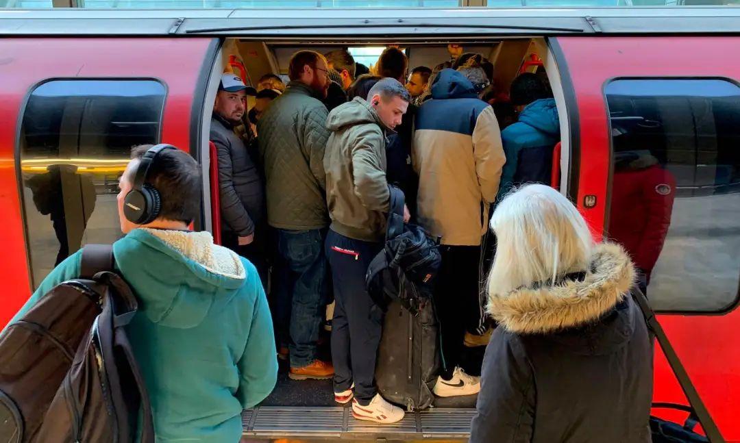 △伦敦斯特拉特福车站,乘客们挤上了拥挤的列车 图片来源:英国《卫报》
