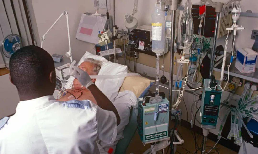 △医护人员正在对患者进行治疗 图片来源:英国《卫报》