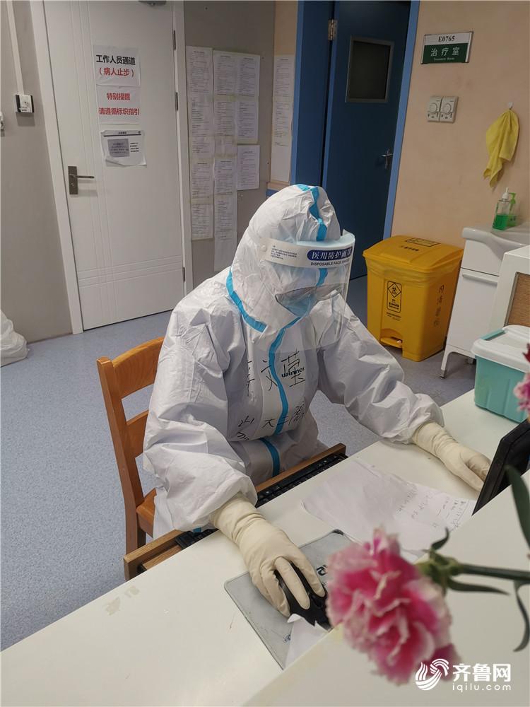 辛文莹在病区中登记患者的监护数据