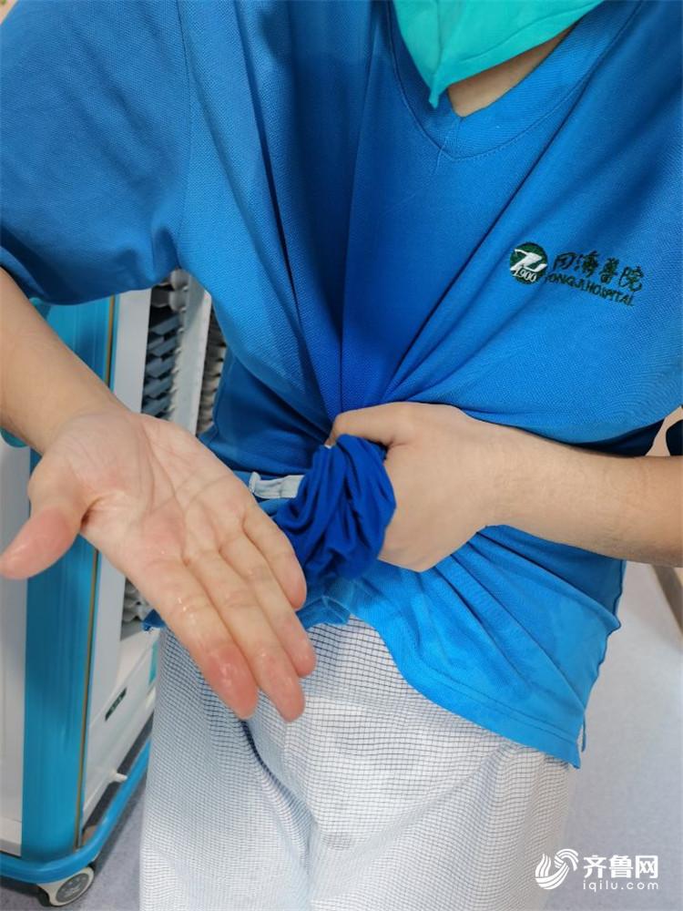队员吴梦梦告诉记者,不少队员的衣服出病区后都能拧出水来。