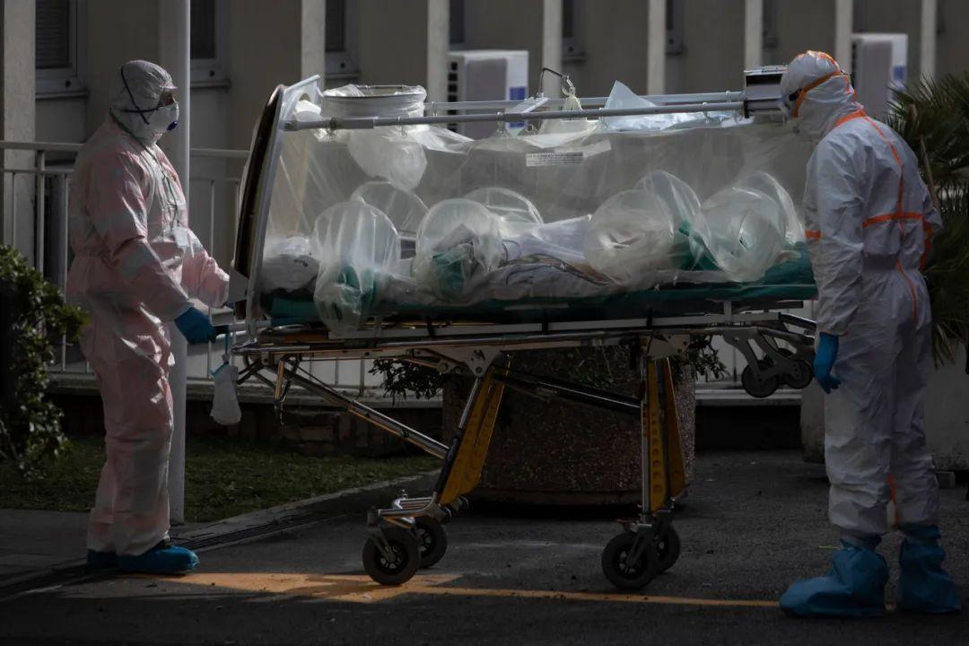 ▲意大利罗马的医护人员在转运新冠肺炎患者。(美国《纽约时报》网站)