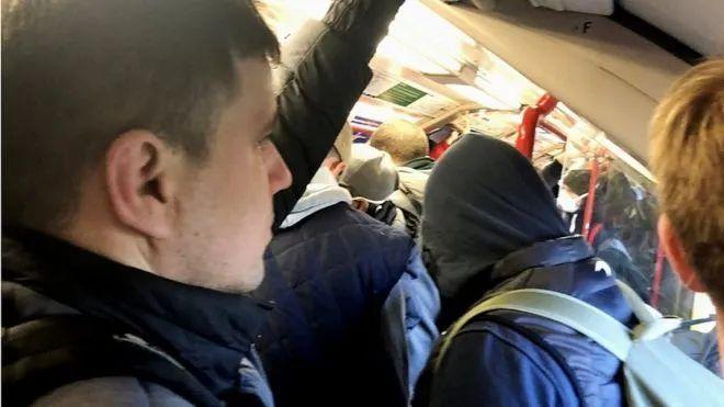 △通勤者挤满了车厢 图片来源:BBC
