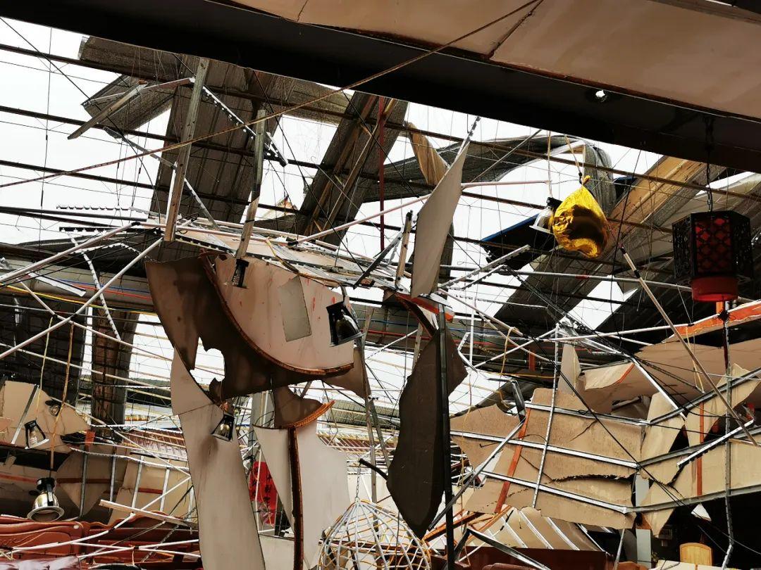 玉林市区遭9级狂风突袭一家具卖场发生坍塌!多图+视频