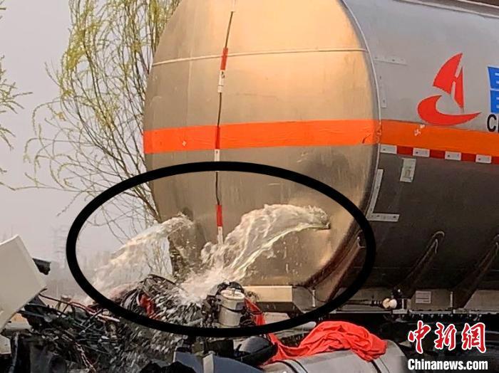 图中画圈部位可以清楚看到,汽油正在通过罐体火线两个大裂口连续外泄。张帅 摄