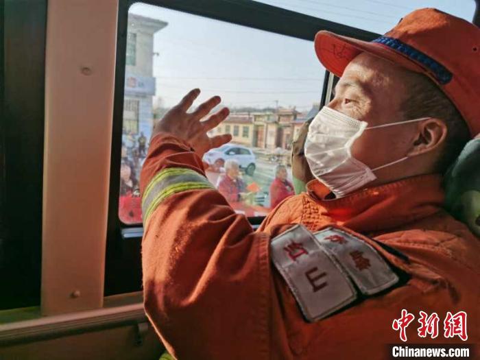 森林消防队伍也已经开始撤离。内蒙古森林消防总队供图