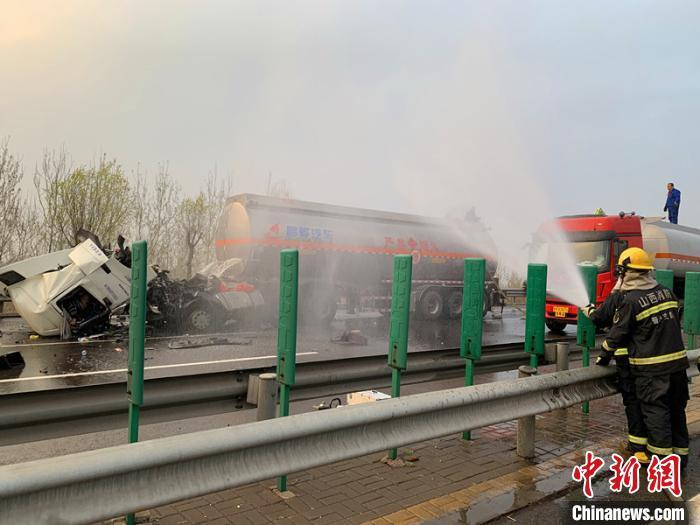图为救火员对变乱车辆举行喷水稀释冷却,防备静电激发起火。本次救济用水量达50吨。张帅 摄
