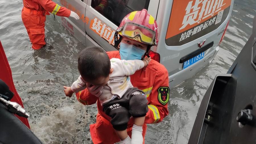 暴雨袭城致城区内涝 南宁消防救出8名被困市民